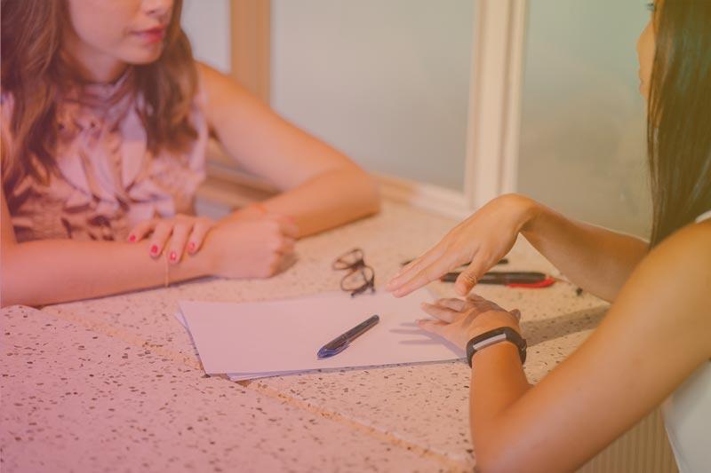Mulheres conversando sobre fornecedores de roupas online
